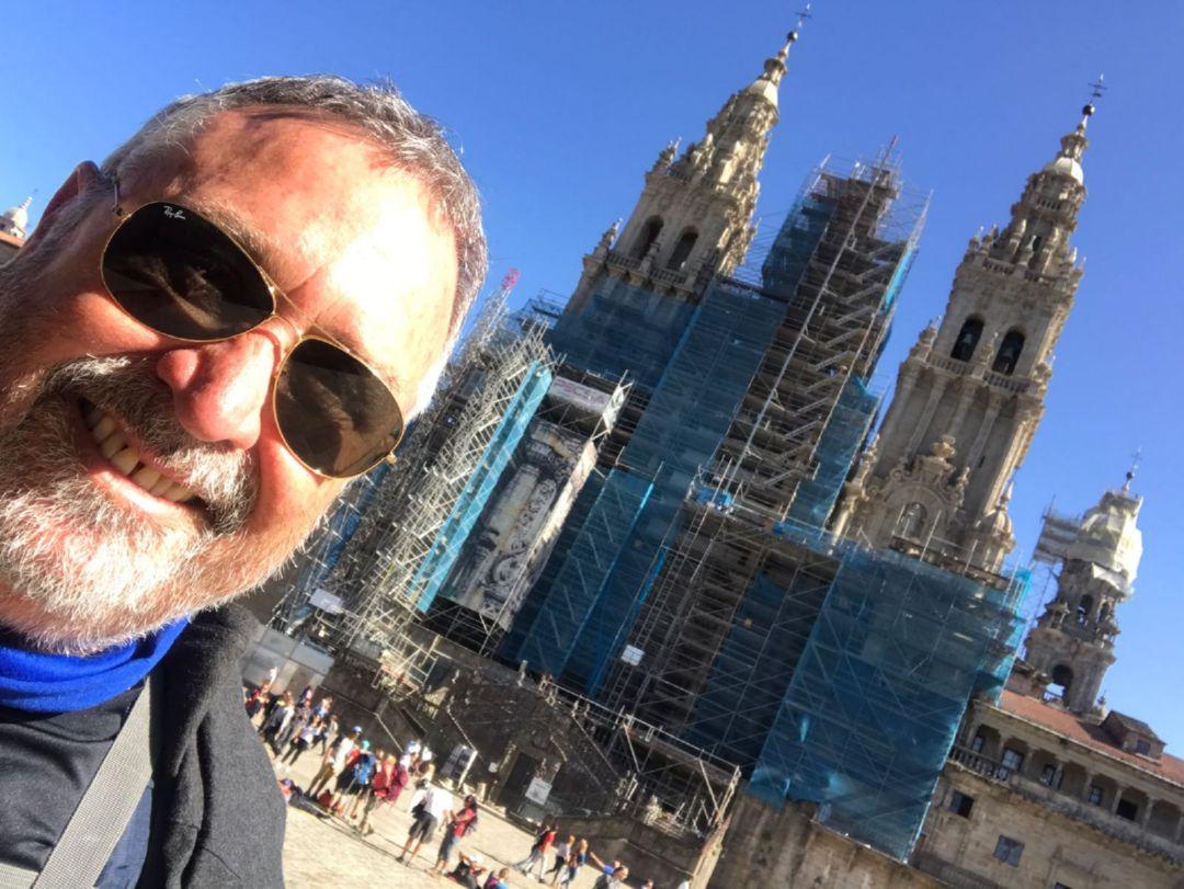 Jorge Abello termina su Camino de Santiago frente a la Catedral - 2017